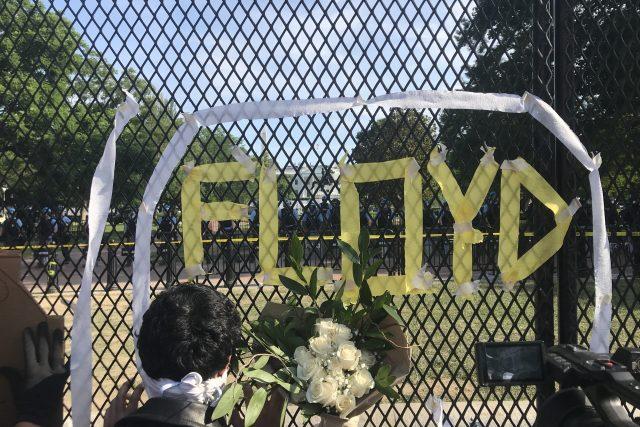 Komemorace George Floyda na plotu oddělujícím demonstranty od Bílého domu