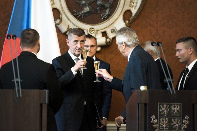 Na zdraví. Premiér Andrej Babiš (ANO) si po jmenování premiérem přiťukl s prezidentem Milošem Zemanem