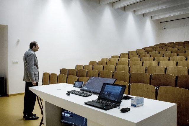 Prázdná posluchárna 135 na ČVUT v Praze. Přednášející Pavel Píša, nahrává studentům přednášku k Počítačové architektuře na Youtube kanál. Dnes, 2.3. fakulta vyhlásila samostudium z domova. #koronavirus