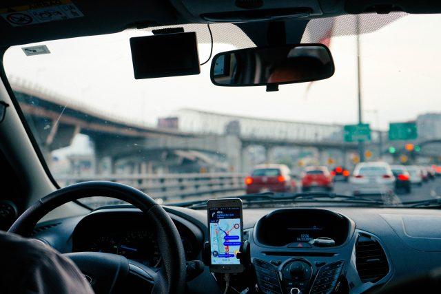 Taxikáři po vládě žádají razantní kroky vůči Uberu a Taxify.