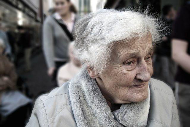 Zvýšení důchodů o tisíc korun nejstarším penzistům má pokrýt jejich vyšší zdravotní náklady | foto: geralt/CC0 Creative Commons, Fotobanka Pixabay