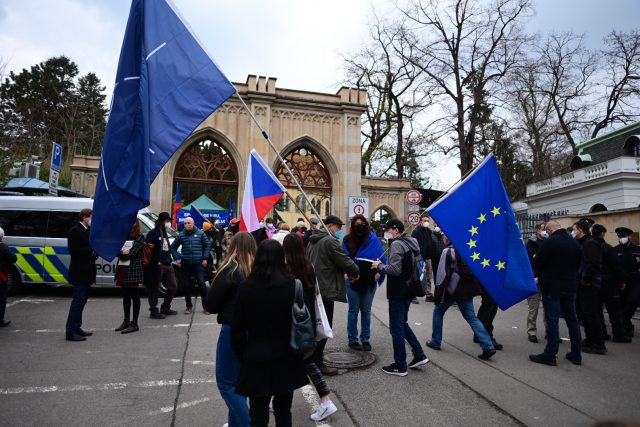 Před ambasádou se sešla asi stovka demonstrantů