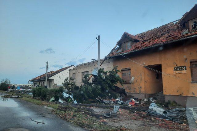 I zde jsou poničené domy,  popadané stromy. Místo vypadá jako po výbuchu   foto: Alena Hesová,  Český rozhlas