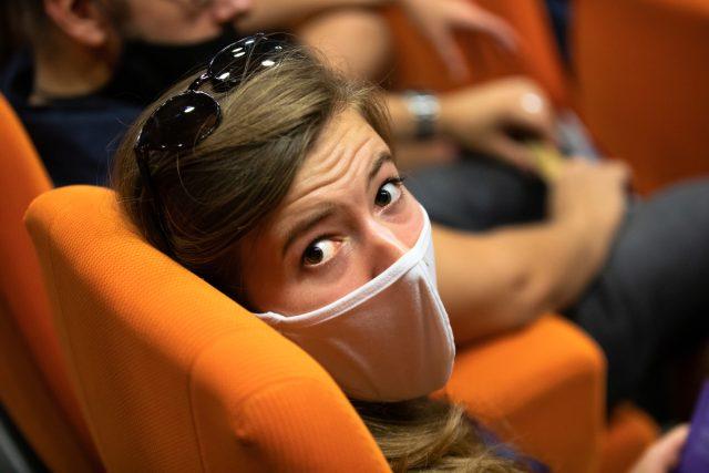 Divačka v roušce před projekcí na Letní filmové škole v Uherském Hradišti