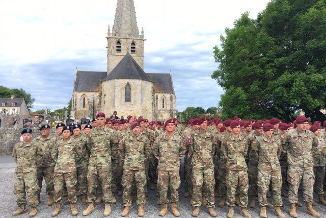 Američtí vojáci ve městě Picauville.