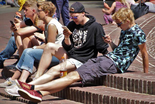 Mladí lidé se smartphony (ilustrační foto)