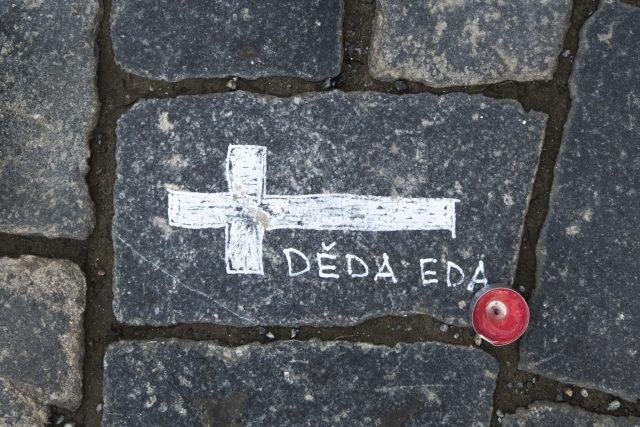 Kříže se jmény připomínající oběti,  které si vyžádala nemoc covid-19,  Staroměstské náměstí. | foto: Michaela Danelová,  iROZHLAS.cz