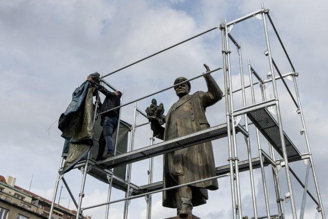 Jiří Černohorský po ukončení protestní akce v pondělí 2.9.  sundal plachtu ze sochy I.Š.Koněva.