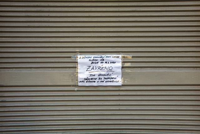 S výjimkou potravin, lékáren či galanterií mají obchody zůstat zavřené do 1. dubna