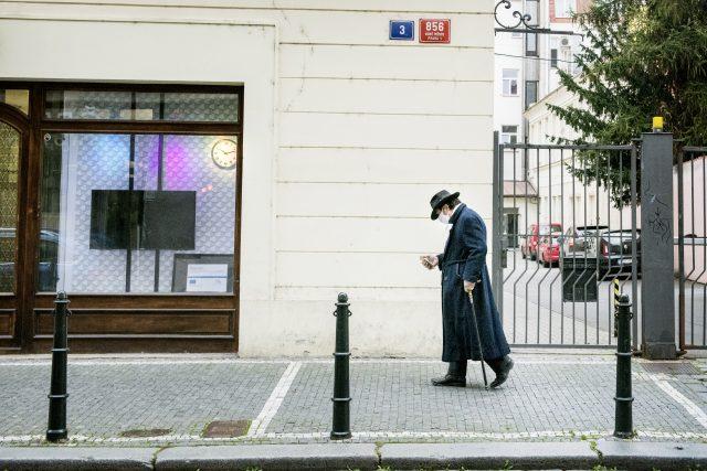 Osamělý chodec s rouškou | foto: Michaela Danelová,  iROZHLAS.cz
