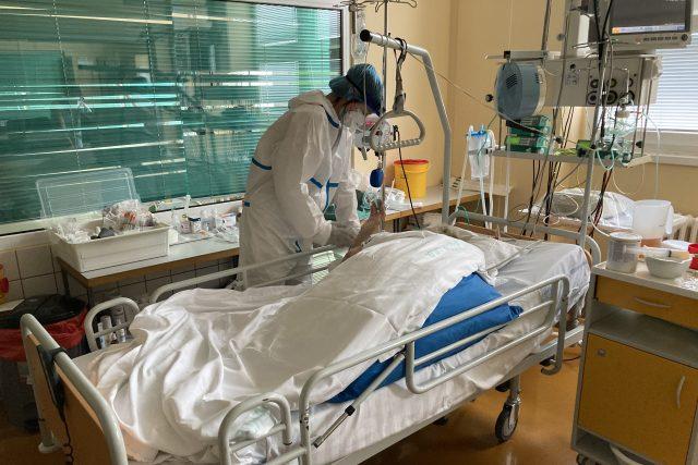 Lucie Vorlíková u pacienta na JIP | foto: Ľubomír Smatana,  Český rozhlas,  Český rozhlas