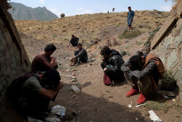Afghánští migranti se schovávají před pohraničníky poté,  co překročili íránsko-tureckou hranici | foto: Reuters