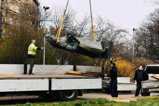 Socha Koněva při přesunu na nákladní auto.