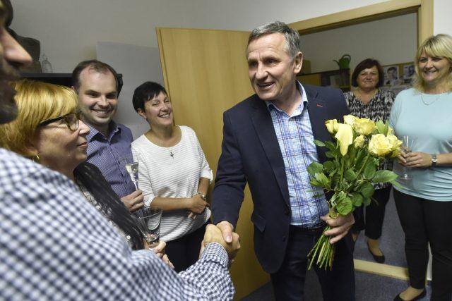 Senátor Jiří Čunek z KDU-ČSL slavil 6. října 2018 ve volebním štábu ve Zlíně výsledek prvního kola senátních voleb. Obhájil senátorské křeslo v obvodě Vsetín.