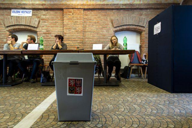 Druhé kolo voleb do Senátu doprovázela minimální účast voličů.