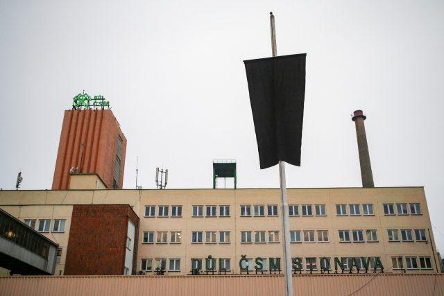 Černá vlajka nad budovou dolu ČSM Stonava | foto: Vladimír Pryček,  ČTK