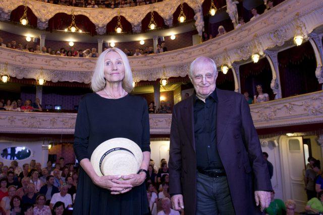 Jiří Suchý a režisérka Olga Sommerová uvedli na festivalu v Karlových Varech dokumentární film Lehce s životem se prát