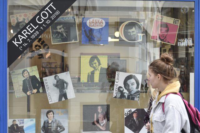 Obaly vinylových desek zpěváka Karla Gotta ve výloze prodejny na Jungmannově náměstí v Praze, u které vydavatelství Supraphon zřídilo pietní místo k uctění Gottovy památky.