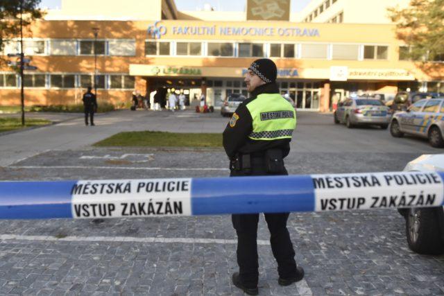 Policie před Fakultní nemocnicí Ostrava.