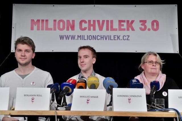 Předseda spolku Milion chvilek Mikuláš Minář (uprostřed), místopředseda Benjamin Roll a členka spolku Veronika Vendlová na tiskové konferenci k plánu dalších protestních akcí