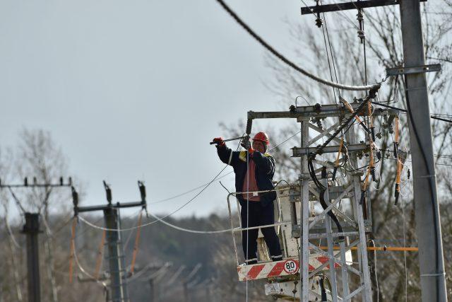 Bouře Sabine poškodila na mnoha místech elektrické vedení a přerušila dodávky pro tisíce domácností