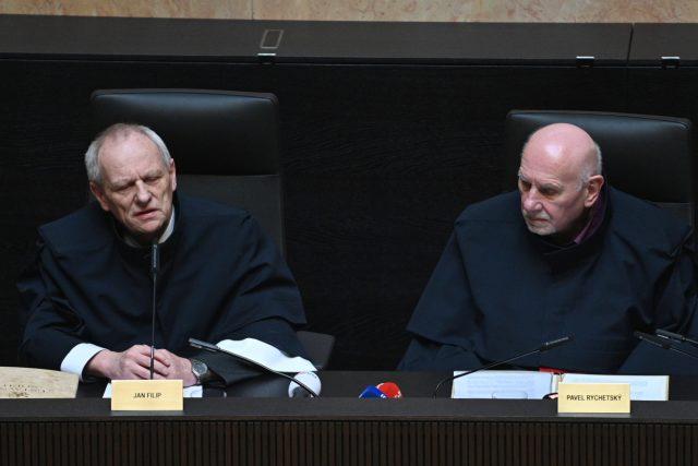 Předseda Ústavního soudu Pavel Rychetský (vpravo) a soudce zpravodaj Jan Filip při veřejném vyhlášení nálezu soudu k zákonu o střetu zájmů