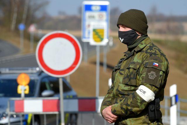 Český voják na hranicích s Německem.