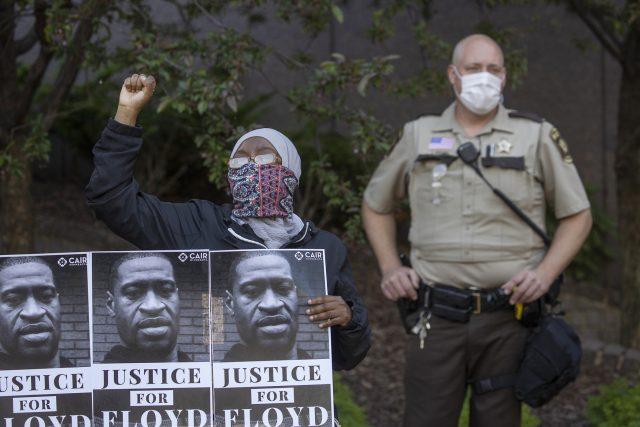 Spravedlnost pro Floyda. Z protestu proti policejnímu násilí v Minnesotě.