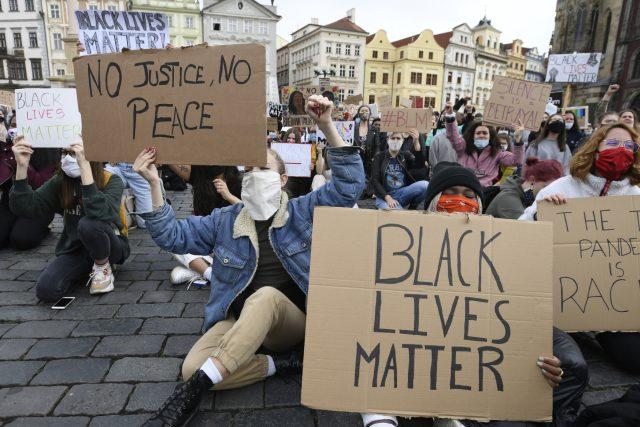 Několik set převážně mladých lidí protestovalo v sobotu proti policejnímu násilí a rasismu v USA i v dalších zemích