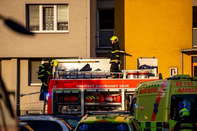 Zasahující záchranáři při požáru panelového domu v Bohumíně, během kterého zemřelo jedenáct lidí