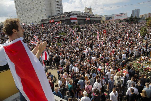 Tisíce lidí se v sobotu v běloruské metropoli Minsku přišly rozloučit s Aljaksandrem Tarajkouským, který zemřel v pondělí při zásahu policie proti protestujícím