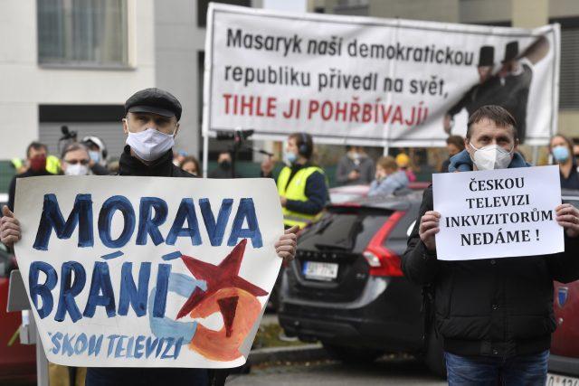 Před budovou České televize se na protest proti pokusům ohrozit nezávislost instituce sešly desítky lidí