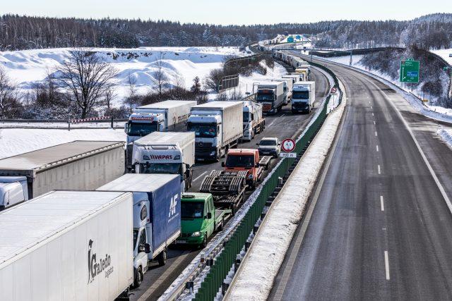 Zavedené kontroly na hranicích s Německem dusí byznys. Kvůli přísným kontrolám, které zapříčinily desetikilometrové kolony (na snímku), se totiž zpožďují dodávky zboží, někteří pracovníci se pak do země nedostali vůbec