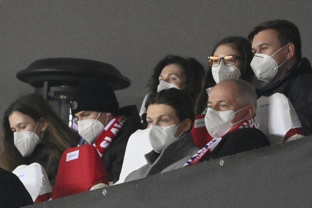 Epidemiolog a bývalý ministr zdravotnictví Roman Prymula (vpravo dole) sleduje utkání Slavia Praha proti Leicesteru