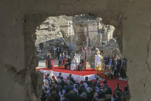 Papež František dorazil do Mosulu,  který v letech 2014 až 2017 obsadila teroristická organizace Islámský stát. Pomodlil se tu za oběti války | foto: Andrew Medichini,  ČTK/AP