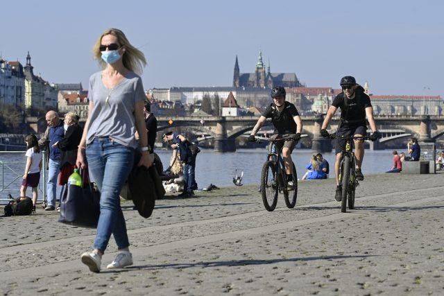 Lidé si užívají teplého a slunečného počasí 31. března 2021 na náplavce Rašínova nábřeží v Praze