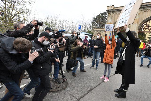 Demonstrace před ruskou ambasádou.