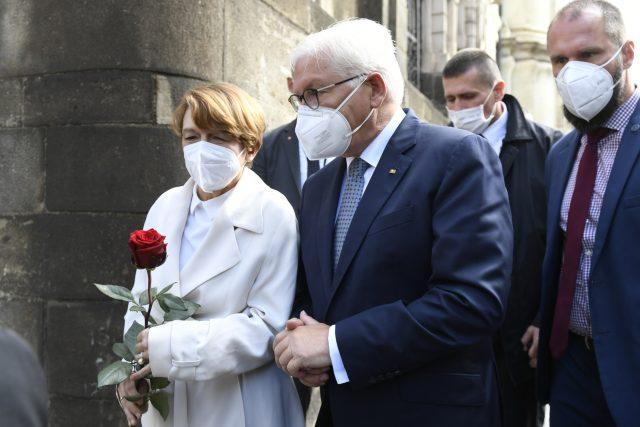 Frank-Walter Steinmeier se svou manželkou u kostela v Resslově ulici v Praze | foto: Michaela Říhová,  ČTK