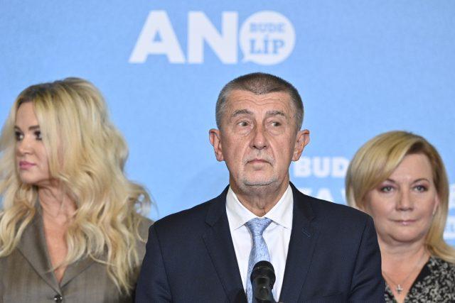 Premiér Andrej Babiš  (ANO) předstoupil před novináře krátce před 20. hodinou večer,  po boku měl mimo jiné svou ženu Moniku | foto: Kamaryt Michal,  ČTK