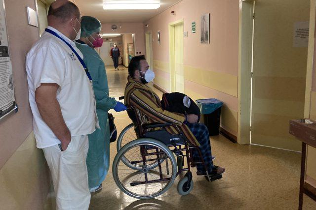 Pacient (35let) se vrací z JIPky