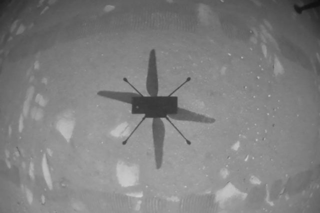 Americká vesmírná agentura NASA  potvrdila, že se jí podařilo krátce vzletět a následně přistát s malou výzkumnou helikoptérou Ingenuity na povrchu Marsu.
