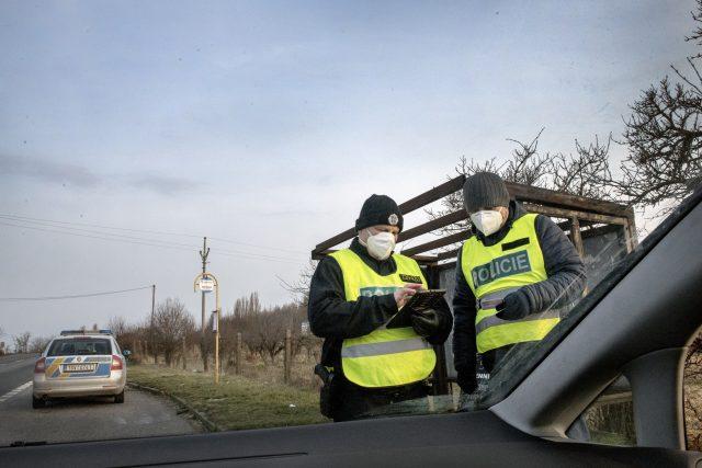 Policie kontroluje doklady na hranici okresu. | foto: Michaela Danelová,  iROZHLAS.cz