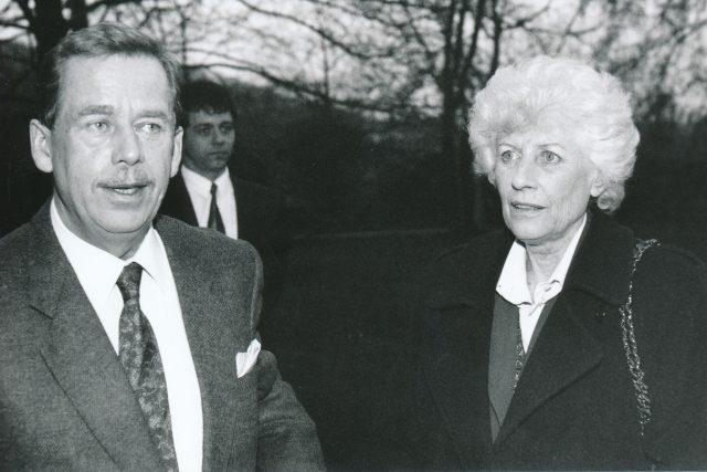 Olga Havlová s manželem Václavem | foto: Vlasta Luťanská / Právo,  Profimedia