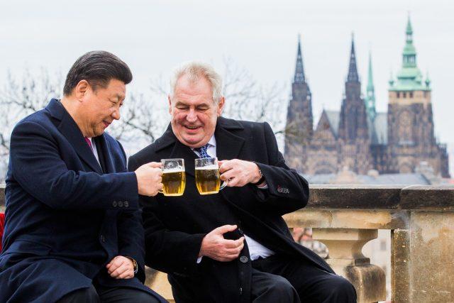 Český prezident Miloš Zeman s čínským prezidentem Si Ťin-pchingem při setkání v Praze