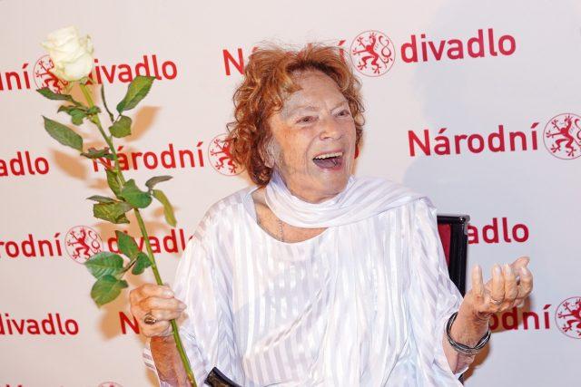 V listopadu 1989 se Vlasta Chramostová stala jednou z tváří sametové revoluce.