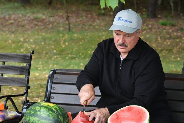 Běloruský prezident Alexandr Lukašenko krájí meloun, který vypěstoval na svém pozemku (září 2018, ilustrační foto).