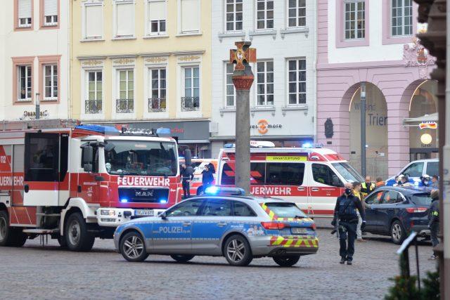 Policie a záchranáři v centru Trevíru, kde 51letý řidič najel do lidí na pěší zóně.