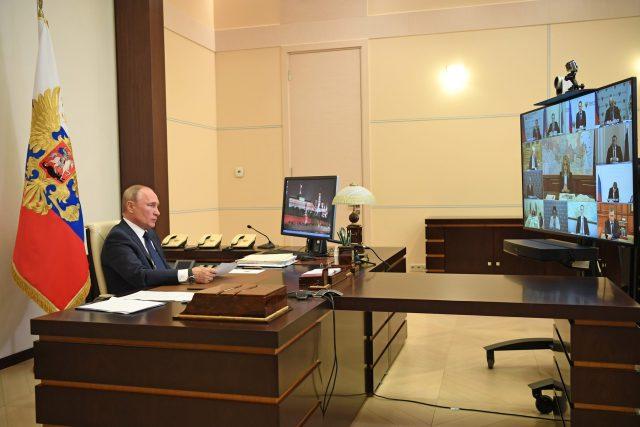 """""""Epidemie a s ní související omezení silně zasáhly ekonomiku i sociální sféru a napáchaly škody na milionech našich obyvatel,"""" uvedl Vladimir Putin ve svém televizním projevu k ruskému národu, který byl za dobu koronavirové krize šestým v řadě"""