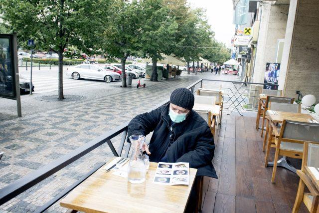 Osamocený zákazník restaurace na pražském Václavském náměstí | foto: Michaela Danelová,  iROZHLAS.cz
