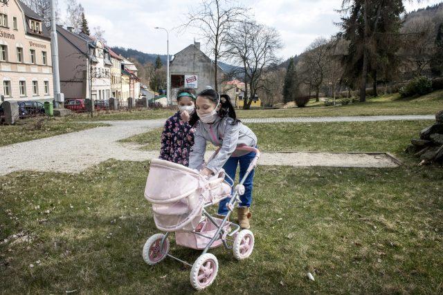 Děti místo chození do školy tráví čas venku v parku. | foto: Michaela Danelová,  iROZHLAS.cz